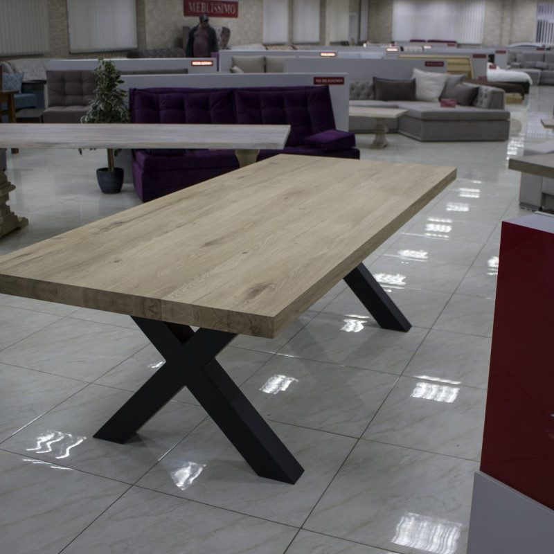Träbord med ben i metall