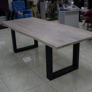 Stort matbord med levande kanter
