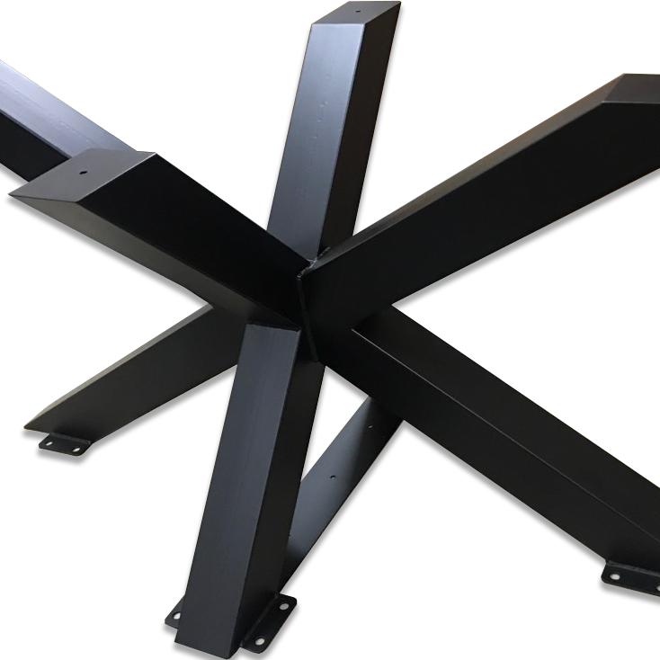 Stort metallben till ett bord. Form av en spindel